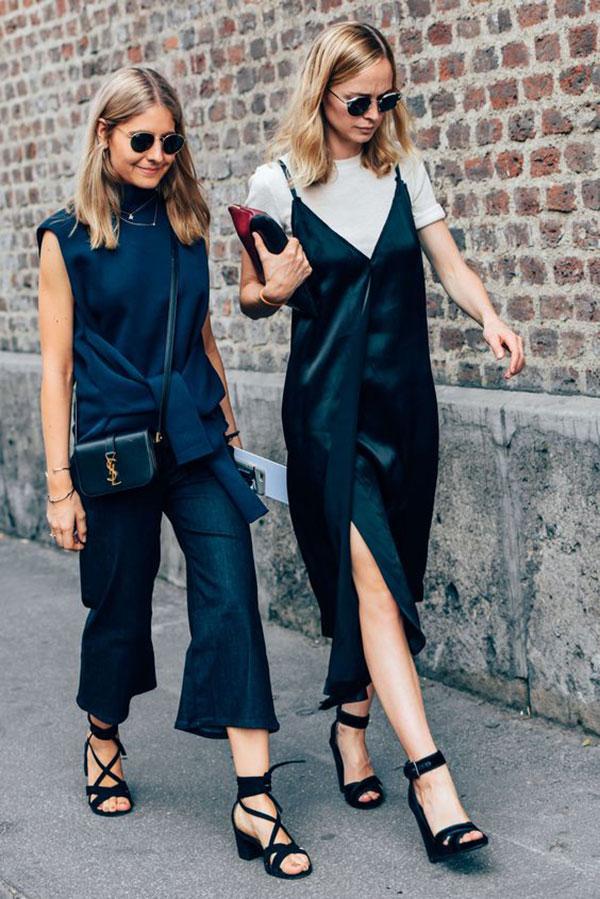 street-style-look-hi-low-vestido-seda-preto-alcinha-com-camiseta-por-baixo-sandalia